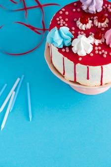 Bovenaanzicht van cake met kersen
