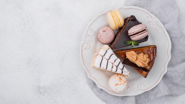 Bovenaanzicht van cake op plaat met kopie ruimte en macarons