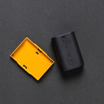Bovenaanzicht van camera batterij op zwarte achtergrond