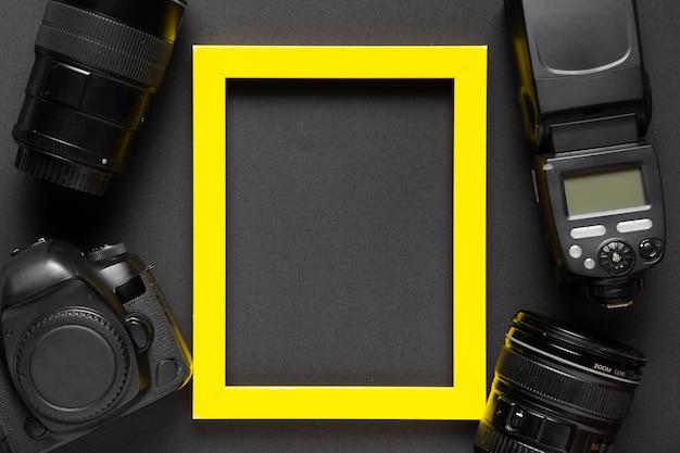 Bovenaanzicht van camera en frame op zwarte achtergrond