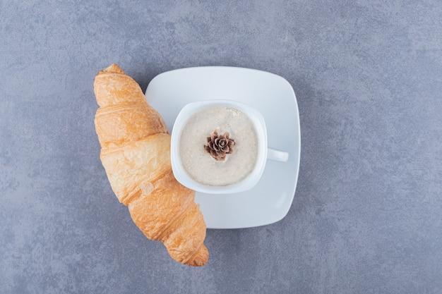 Bovenaanzicht van cappuccino en croissants. klassiek frans ontbijt.