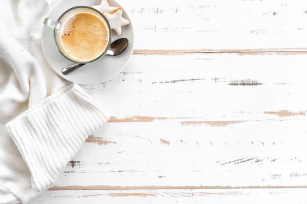 Bovenaanzicht van cappuccino op witte houten tafel