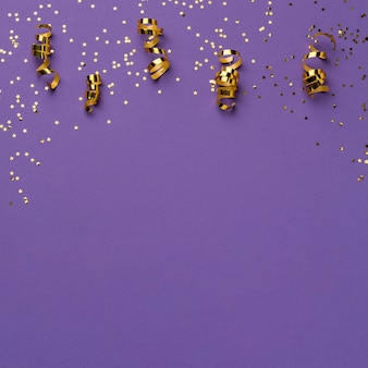 Bovenaanzicht van carnaval linten met glitter en kopieer ruimte