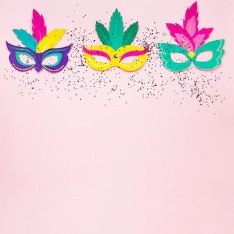 Bovenaanzicht van carnaval maskers met glitter