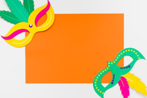 Bovenaanzicht van carnaval maskers op papier met kopie ruimte