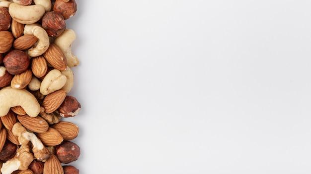 Bovenaanzicht van cashewnoten met hazelnoten en amandelen