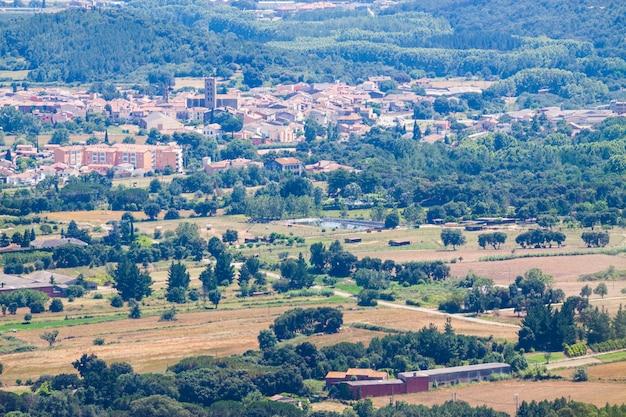 Bovenaanzicht van catalaanse stad. breda