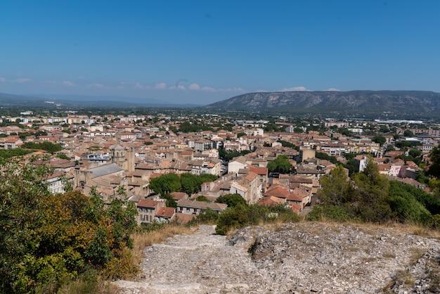 Bovenaanzicht van cavaillon, een heuvelstad ten zuiden van frankrijk