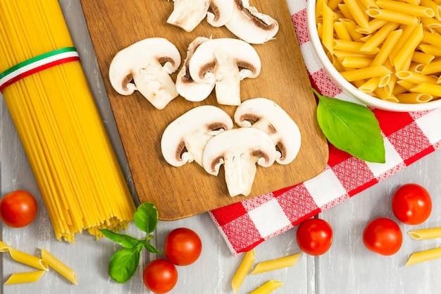 Bovenaanzicht van champignons en pasta