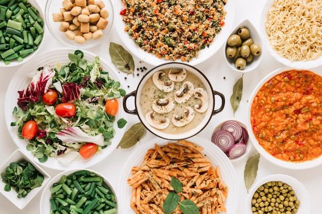 Bovenaanzicht van champignonsoep en gerechten
