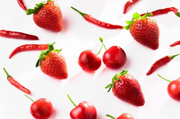 Bovenaanzicht van chili pepers met aardbeien