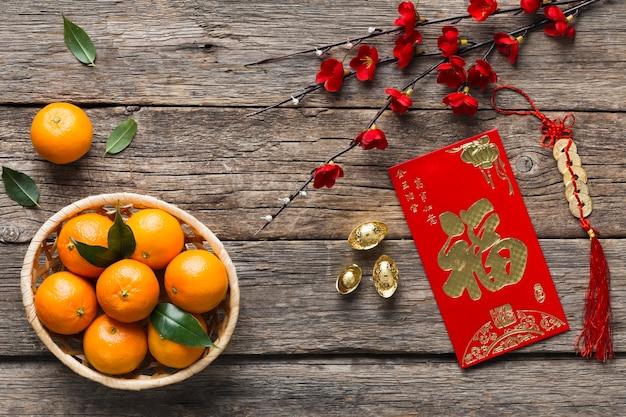 Bovenaanzicht van chinees nieuwjaar concept op houten tafel