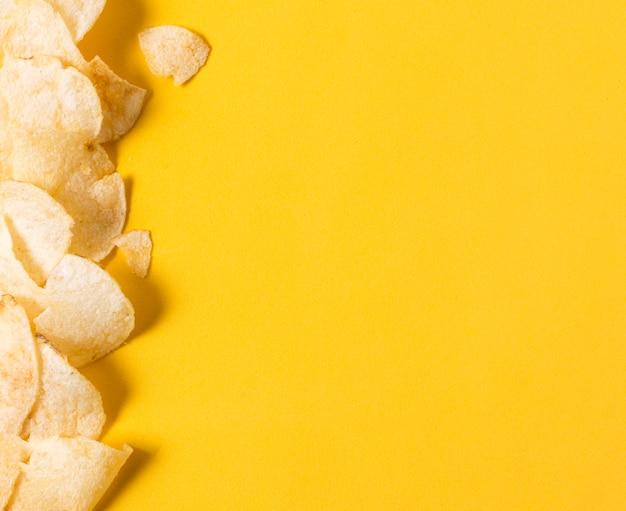 Bovenaanzicht van chips met kopie ruimte