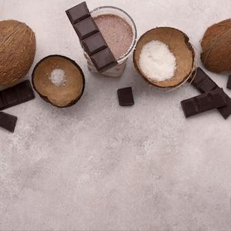 Bovenaanzicht van chocolade en kokosmilkshakeglas met kopie ruimte