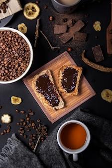 Bovenaanzicht van chocolade op brood