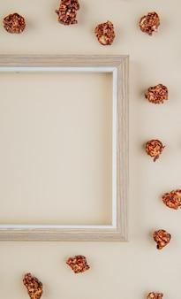 Bovenaanzicht van chocolade popcorn met frame op wit met kopie ruimte