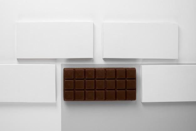Bovenaanzicht van chocoladereep met verpakking en kopie ruimte
