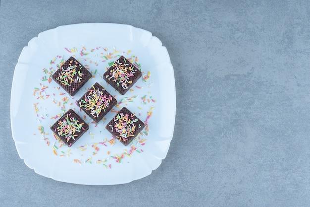 Bovenaanzicht van chocoladewafel op witte plaat.