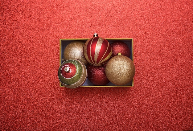 Bovenaanzicht van christmas gift box met kerstballen binnen met kopie ruimte.