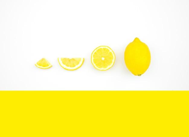 Bovenaanzicht van citroen op kleur achtergrond
