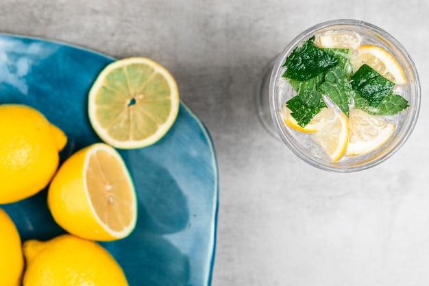Bovenaanzicht van citroen plaat en limonade