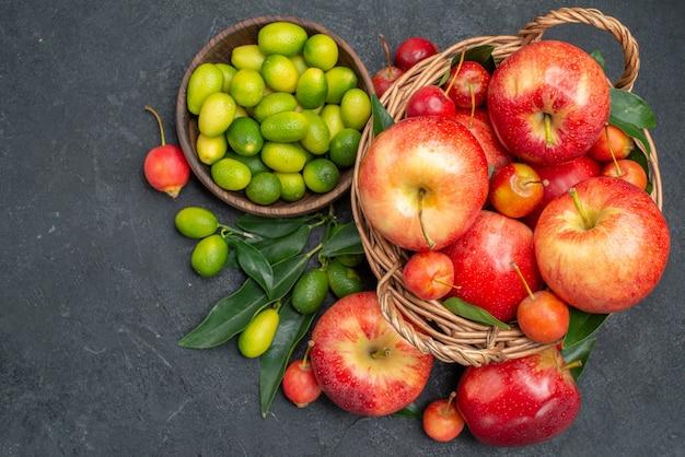 Bovenaanzicht van close-up fruit de smakelijke granaatappels, kersen, nectarines, appels, citrusvruchten