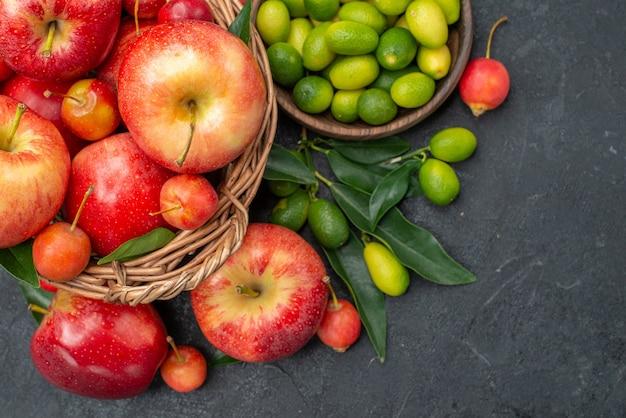 Bovenaanzicht van close-up fruitschaal met citrusvruchten mand met kersen nectarines appels