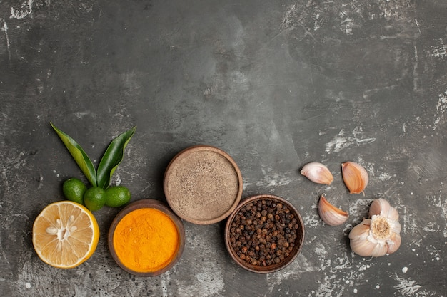 Bovenaanzicht van close-up kruiden kommen met kruiden citrusvruchten citroen en knoflook