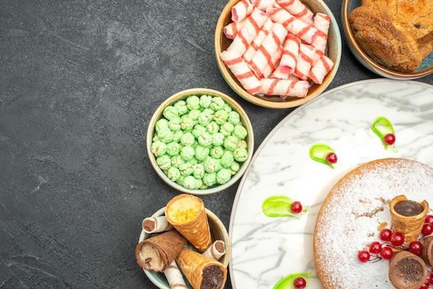 Bovenaanzicht van close-up snoep een cake met kleurrijke snoepjes wafels koekjes snoepjes