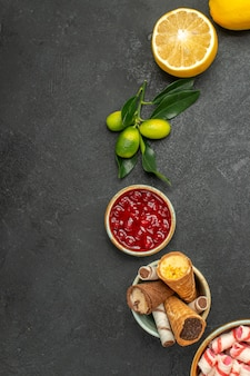 Bovenaanzicht van close-up snoepjes jam citroenjam koekjes snoepjes op tafel