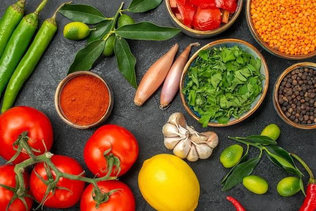 Bovenaanzicht van close-up specerijen linzen kruiden groene hete pepers kruiden tomaten citrusvruchten uien