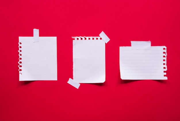 Bovenaanzicht van collectie notitieblaadjes met kopie ruimte.