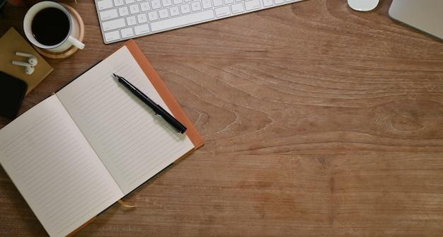 Bovenaanzicht van comfortabele werkplek met kantoorbenodigdheden
