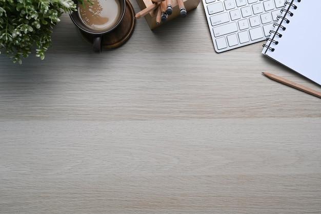 Bovenaanzicht van comfortabele werkplek met laptop, koffiekopje