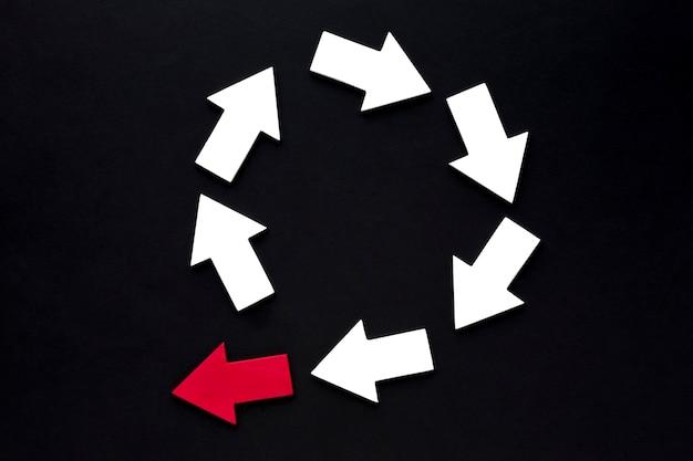 Bovenaanzicht van concentrische pijlen met een die de cirkel doorbreekt
