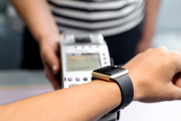 Bovenaanzicht van contactloze betaling met smartwatch. technologie van paypass.