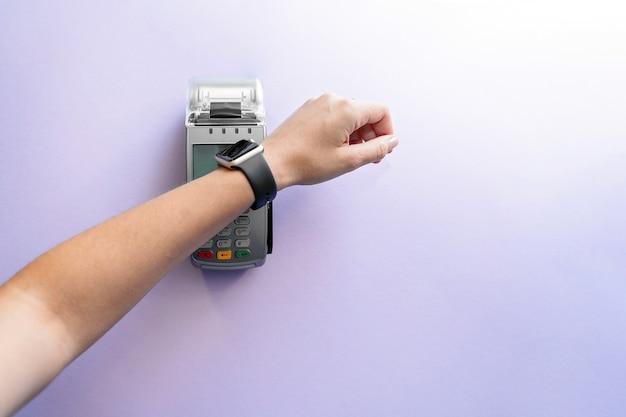 Bovenaanzicht van contactloze betaling met smartwatch.