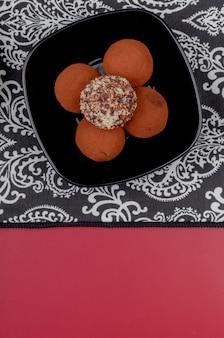 Bovenaanzicht van cookies in plaat op doek en rode tafel met kopie ruimte