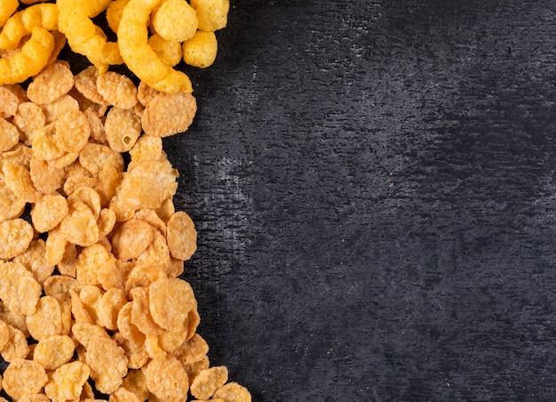 Bovenaanzicht van cornflakes met kopie ruimte op donkere horizontaal