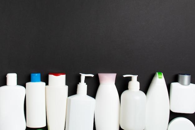 Bovenaanzicht van cosmetica flessen op gekleurde achtergrond. huidverzorgingsconcept met ruimte voor uw ontwerp.
