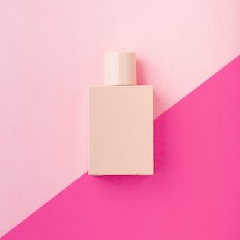 Bovenaanzicht van cosmetische fles op effen achtergrond