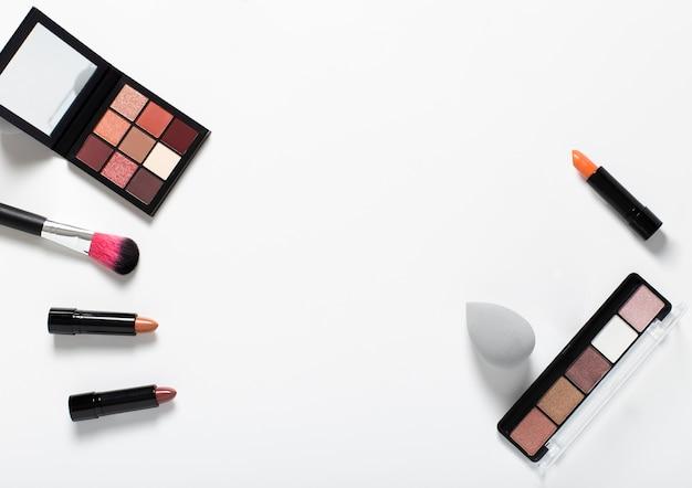 Bovenaanzicht van cosmetische regeling op effen achtergrond