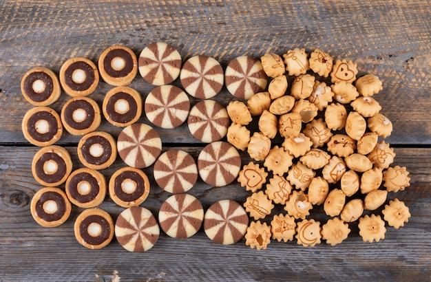 Bovenaanzicht van crackers en koekjes op donkere houten horizontaal