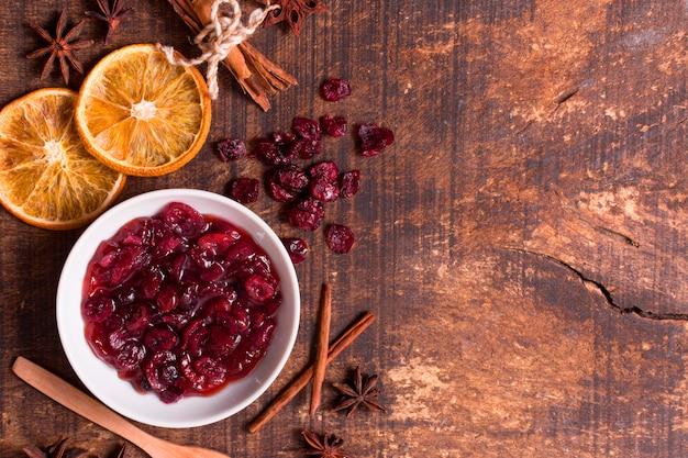 Bovenaanzicht van cranberrysaus met gedroogde citrus en kopieer de ruimte