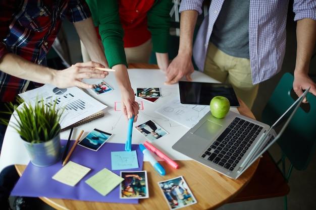 Bovenaanzicht van creative meeting