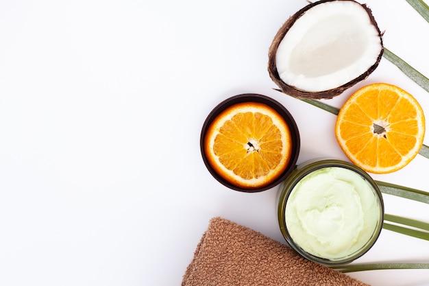 Bovenaanzicht van crème kokosnoot en sinaasappel met kopie ruimte