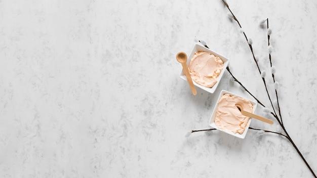 Bovenaanzicht van crème met kopie ruimte