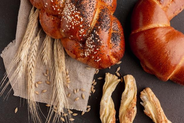 Bovenaanzicht van croissant en gebak