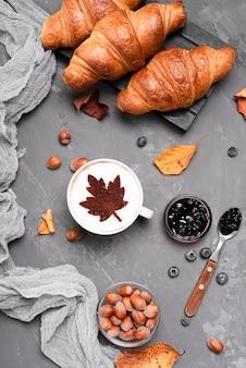 Bovenaanzicht van croissants en koffie ontbijt