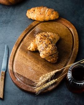 Bovenaanzicht van croissants op chopper